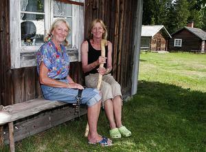 Birgitta Törnqvist Nordin och Ingrid Törnqvist sitter utanför deras vallstuga på Vallenbodarnas fäbod i Gnarp. På söndagen var det vandring och information om området för de som var intresserade. Ingrid Törnqvist håller i fogdestaven som tillhör henne eftersom hon är vallfogde på vallen.