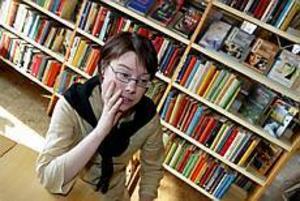 Foto: FRANK JULIN Slutet? Bibliotekarie Sara Hagström är uppgiven. Ett väl fungerande bibliotek kan komma att läggas ned. Även om hon blivit garanterad omplacering så känner hon sig orolig.