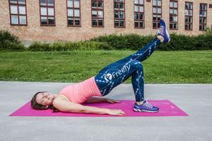 Att köra samma övning med benet utsträckt ger en extra utmaning.
