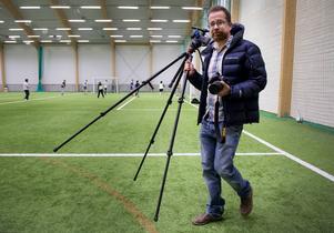 Block och penna har bytts ut mot stativ och videokamera. Sportreportern Andreas Lidén gör samma jobb som tidigare men med nya verktyg.