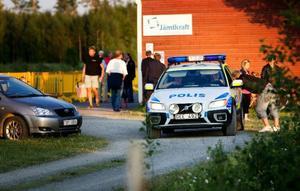 Ambulans kallades till olycksplatsen sedan en fyrverkeripjäs exploderat okontrollerat i handen på en man på tillfälligt besök.Foto: Håkan Luthman