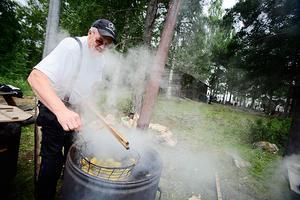 Nils Fredin från Ramsjö ser till att det finns gott om potatis till sotarna.