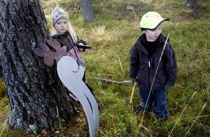 Hälge-älgen. Celia Norin och Edvin Nilsson, båda sex år, står vid seriefigursälgen Hälge som i går besökte barnen.