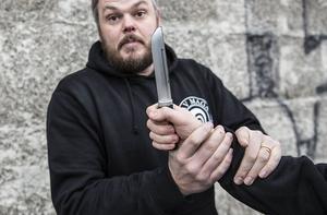 Rasmus Flodin visar hur man ska göra om man blir hotad med kniv.