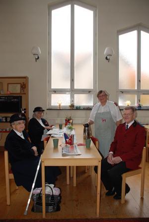 Märtha Ohlsson, Gunnel Grönstrand, kårchef Anita Emretsson och Sven Eriksson i Frälsningsarméns café.