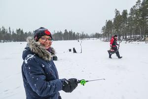 """Torunn Holgersson är en inbiten fiskare både under vintern och sommaren. Den svarta norska äglhunden """"Tjapp"""" satt lugnt kvar när Håkan Holgersson gick för att pröva fiskelyckan i ett nytt hål."""