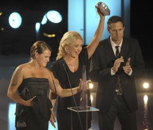 VINNARE. Årets humorprogram blev Mia och Klara när tv-priset Kristallen delades ut  i Globen i Stockholm. Priset togs emot av Mia Skäringer och Klara Zimmergren och producenten Dan Zethraeus.  Foto: Scanpix