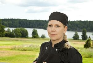 Sandra Grann driver i dag golfkafé i Lisinge och arbetar med catering. Nu ska hon ta över restaurangen i kommunhuset. Kritiker saknar att inte kommunen ställt krav på ekologiskt och närproducerat.
