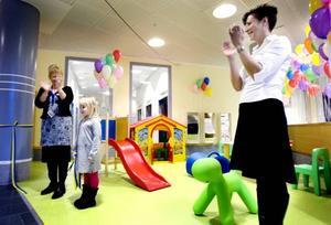 Lekhörnan invigd. Wilma Zakrisson, 4 år, höll i saxen när lekhörnan invigdes. Anna Flybring och Anna Sving-Sjöblom från barnkliniken hjälpte till.