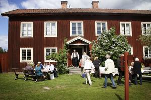 Årets schablonutställning på värlsdarvsgården Gästgivars har invigts.