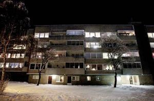 Riksbyggen stöttar den aktuella bostadsrättsföreningen där de fyra felkopplade toaletterna hittats.