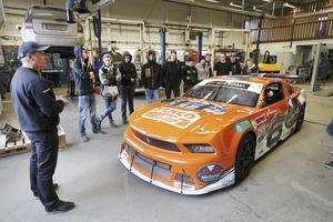 Mikael Kågered berättar om en av teamets bilar, Mustangen som tävlar i V8 Thunder cars. Motorn har 440 hästkrafter och bilen har en toppfart på 275 kilometer i timmen.