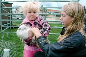 Fyraåriga Meja Nordell är mycket förtjust i djur. Under helgens marknad i Svenstavik fick hon tillfälle att klappa Moa Karlssons kanin Luddan.