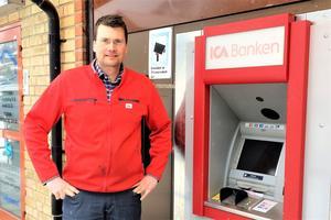 Daniel Lundqvist, icahandlare i Funäsdalen, beklagar att det tagit tid men är glad över att det snart kommer att gå att ta ut kontanter i Funäsdalen igen.