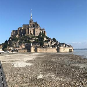 Mont-Saint-Michel, beläget vid den norra franska kusten. Här tog hon en paus från couchsurfandet och sov på bed and breakfast.