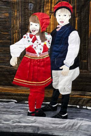 Anna-Karin Andemo har gjort ett täcke föreställande Anna-Karin själv och hennes bror en midsommar på Sollerön. Motivet är hämtat från ett foto.