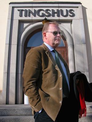 Åklagare Olle Sohlberg utanför tingshuset i Mora, inför rättegången där Jan-Erik Brandt dömdes till livstid för mord.