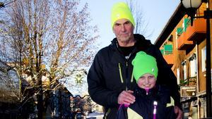 """David Sjödin, 9 år, julhandlar tillsammans med morfar Nicko Smith, 67år. """"Ja, jag brukar alltid handla på mellandagsrean. Jag brukar handla kläder och allt möjligt. Man blir lycklig när man fyndar"""", säger Nicko."""