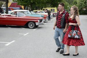 Kärleksparet som gillar 50-tal. Tommy Olausson och Emmelie Berg trivs bland jänkare och V8:or.