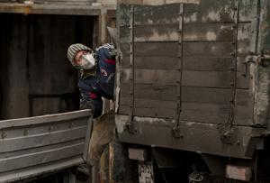 En gruvarbetare fraktar sex kroppar efter en liknande olycka i  en kolgruva i Ukraina för två år sedan.