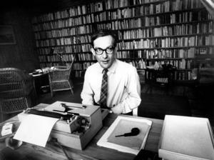 Lars Gustafsson i sitt arbetsrum 1969.