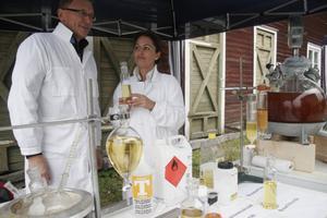 Janne Vedin och labassistenten Serin Izol från Kungliga tekniska högskolan i Stockholm visar hur frityrolja kan bli biodiesel. Fritösoljan har man hämtat från en pizzeria. Det blandas med bland annat metanol och kaliumhydroxid och förutom biodiesel får man även glycerol som en biprodukt.
