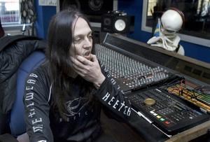 I studion. Peter Tägtgren är ett tungt namn inom hårdrocksvärlden, dels som producent i egna studion The Abyss, dels som motor i dödsmetal-bandet Hypocrisy. Nu släpper han sitt femte album Psalms of Extinction med Pain.