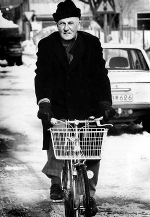 Gunnar Helander domprost em. i Västerås på cykel år 1985.