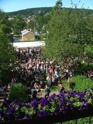 Residensträdgården var full av glada människor som ville vara med och lösa melodikrysset. Foto: Kjell Ahnfelt