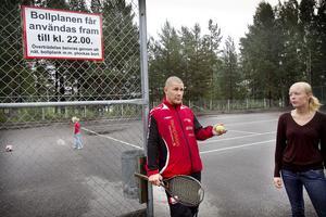 Thomas Edebjörk, Anna Maria Löfgren och Elsa Löfgren, fem år, på den nedplockade aktivitetsplanen vid Östanbräcksvägen.
