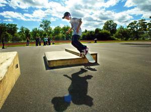 Utan rädsla flyger skateboardkillarna över hoppen.