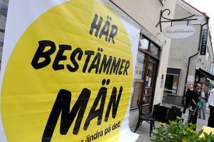 På vissa områden går arbetet för jämställdhet mellan män och kvinnor med snigelfart, skrivar Maria Larsson. På bilden: En banderoll som hängdes upp under Almedalsveckan i Visby.
