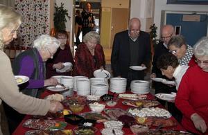Julbord för ensamma och äldre i Söderbärke Folkets Hus. Foto: Mitttmedia.