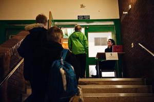 Pia Gyllby sitter i kassan, inträdet är 30 kronor. 10 minuter innan matchen startat har 10 personer betalat inträdet.