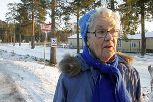 Ingegerd Rundkvist, 84 år, stod och väntade med sin syster vid busshållplatsen vid Nyplan i måndags när busschauffören bara åkte förbi. Bussen var full, och det är den ofta. Nu vill Ingegerd se tätare turer.
