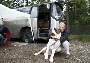 Sofia Eriksson från Sundsbruk försöker få Egon att posera framför husbussen, en Volvo B57-60.