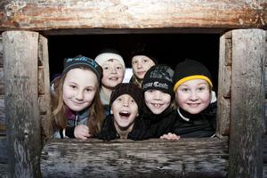 Någon klagade på att den 15 minuter långa promenaden från skolan till Bartjärn var i längsta laget. Väl på plats verkade dock alla uppskatta lekmöjligheterna i skogen.