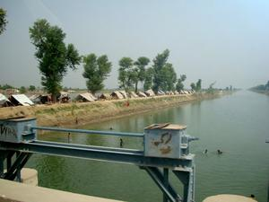 När floden Indus svämmade över tvingades människor upp på de landmassor som fortfarande var torra. Foto:Privat