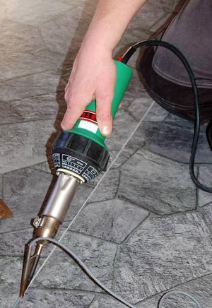 Stadig på hand och rätt temperatur gäller när mattans fogar svetsas.