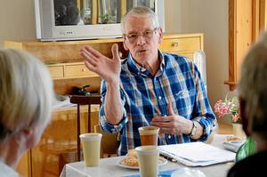 Fängslande. Esko Thorell har sedan de egna tonåren haft ett djupt intresse för händelser kopplade till andra världskriget. Nu gästar han pensionärerna inom Argenta för att dela med sig av sitt kunnande. Med målande beskrivningar speglar han en tid och fångar sina åhörare.