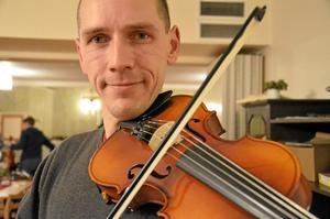 Femsträngat. Nils Robert Ohlström spelar på en femsträngad fiol istället för den traditionella fyrsträngade. Det ger stora möjligheter att spela understämmor, berättar han.