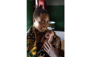 För endast 150 kronor kan man ge en havande kvinna i Kongo en säker förlossning på ett rent sjukhus och under uppsikt av läkare, istället för hemma i hyddan. FOTO: HÅKAN FLANK