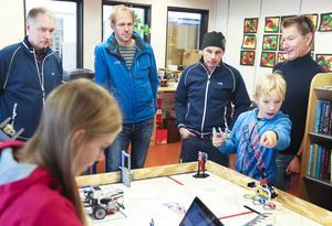 Personal på Hallströms verkstäder var på plats under testkörningen av roboten och fick sedan en genomgång av programmet som styr funktionerna.