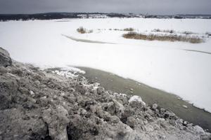 I den här snön kan det finnas såväl skor och ölburkar som miljöfarliga föroreningar från både trafik och luft. Därför ska snön tippas längre upp på land vid Reffelmansviken eller vid Ulvbergets sopstation.