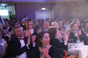 Företagaren Mira Jonsson och kommunalrådet Jonas Holm (M), båda Hudiksvall, fanns i festlokalens trånga saligheten.