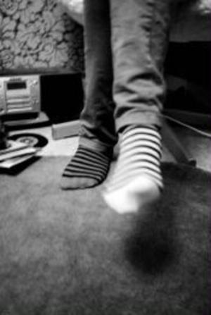 Olikfärgade strumpor pryder ofta Björks fötter.