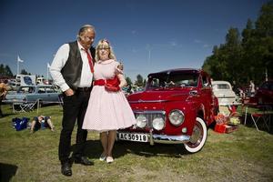 Tillbaka till framtiden. Sune och Lillian Pettersson går hela vägen tillbaka till 50och 60-talet. Kläder, prylar och bil, allt är tidsenligt och i samma färg.