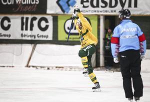 Mattias Blom jublar efter sin assist till Ljusdals 2–1-mål i den första halvleken.