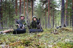 Vid observationsplatsen höll plutonchef vid 2:a plutonen Morgan Jansson och hundföraren Susanne Lindholm koll tillsammans med 3-åriga schäfern Kezzie.