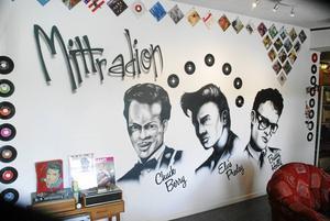 En vägg med rocklegender är det första som möter besökare hos Mittradion. Det är en airbruschmålning, som gjorts av Niklas Nilsson, Bräcke.